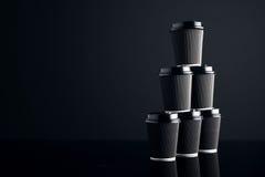 El lujo negro se lleva las tazas de papel fijadas duplicadas Fotos de archivo
