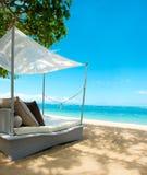 El lujo relaja la silla en una playa tropical hermosa foto de archivo libre de regalías