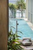 El lujo se dirige la piscina al aire libre imágenes de archivo libres de regalías