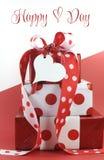 El lunar adornó los regalos en fondo rojo y blanco con el texto de la muestra Fotos de archivo libres de regalías