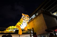El ` lunar de la linterna que el ` del tigre es símbolo del zodiaco del tigre será iluminado de oscuridad en Quay circular por el Fotos de archivo libres de regalías