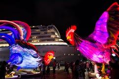 El ` lunar de la linterna que el ` de los gallos es símbolo del zodiaco del gallo será iluminado de oscuridad en Quay circular Imagen de archivo