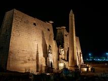 El Luxor Temple con el gran obelisco en frente en la noche foto de archivo