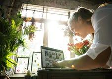 El márketing de la floristería del comercio electrónico promueve en medios sociales imagenes de archivo