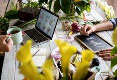 El márketing de la floristería del comercio electrónico promueve en medios sociales foto de archivo libre de regalías