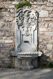 El mármol esculpió la fuente de consumición en el parque de Gulhane, Estambul, Turquía Imagenes de archivo