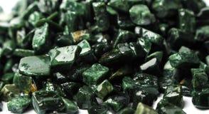 El mármol verde machacado en el fondo blanco, verde Guatemala Fotografía de archivo