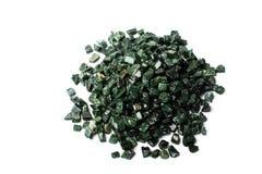 El mármol verde machacado en el fondo blanco, verde Guatemala Imagen de archivo libre de regalías