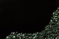 El mármol verde machacado en el fondo negro, verde Guatemala Imágenes de archivo libres de regalías