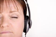 El más viejo escuchar femenino la música en los auriculares Fotografía de archivo