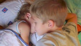 El más viejo hermano besó suavemente al hermano menor durmiente en casa almacen de metraje de vídeo
