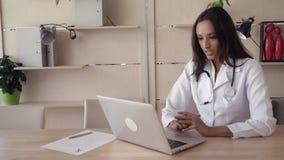 El médico de la raza mixta tiene reunión video de la llamada metrajes