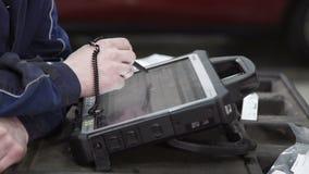 El médico principal comprueba datos en escáner de diagnóstico almacen de video