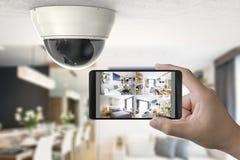 El móvil conecta con la cámara de seguridad imagen de archivo