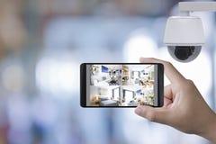 El móvil conecta con la cámara de seguridad fotografía de archivo