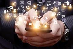 El móvil emite una imagen olográfica de iconos relacionados los medios sociales Imágenes de archivo libres de regalías