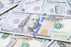 El múltiplo dispersó al americano 100 billetes de banco del dólar en el marco completo c Fotos de archivo libres de regalías