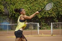 El músculo decidía a la lucha de la mujer para el punto del tenis Fotografía de archivo