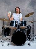 El músico con su tambor negro fijó con su sueldo fotos de archivo libres de regalías