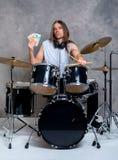 El músico con su tambor negro fijó con su sueldo imagen de archivo