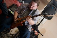 El músico con una guitarra imagen de archivo libre de regalías