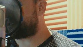 El músico creativo del hombre en el estudio trabaja jugando, cantando y registrando almacen de video