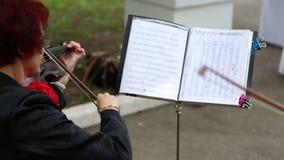 El músico de la mujer que toca el violín almacen de metraje de vídeo
