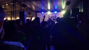 El músico de rap se realiza en escena del club de noche delante de la muchedumbre de la gente almacen de video