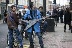 El músico divertido extraño canta delante de adolescentes en la esquina del carril del ladrillo Fotos de archivo libres de regalías