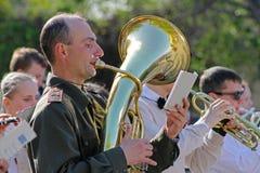 El músico en uniforme militar con la trompeta participa en evento del día de la victoria en Stalingrad Imagenes de archivo
