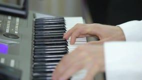 El músico está jugando el piano Cierre para arriba metrajes