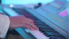 El músico está jugando el piano Cierre para arriba Cambio dinámico del foco Cierre para arriba almacen de metraje de vídeo