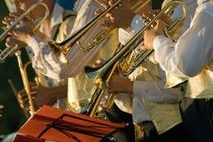 El músico está jugando en los trombones Fotos de archivo