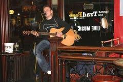 El músico está jugando música en directo en un pub en Dublín Foto de archivo libre de regalías