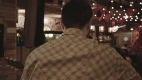 El músico juega en un restaurante reservado y hermoso almacen de video