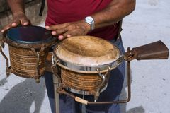 El músico juega los bongos en el paseo marítimo de Havana Cuba para aclarar encima de la atmósfera imagen de archivo libre de regalías