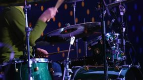 El músico juega el sistema del tambor metrajes