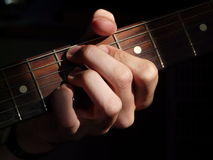 El músico juega su enlit de la guitarra eléctrica por el sol Fotos de archivo