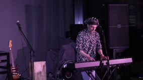El músico juega una etapa del instrumento musical almacen de metraje de vídeo
