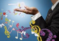 El músico muestra música clásica de la guitarra y de la flor Fotografía de archivo