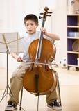 El músico practica el realizarse en el violoncelo Imagen de archivo libre de regalías