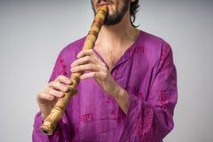 El músico que toca los instrumentos étnicos Hombre que toca la flauta japonesa Imagen de archivo