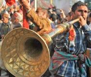 El músico que tocaba la trompeta de cobre amarillo llamó el karnal - Himachal Fotos de archivo libres de regalías