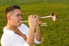 El músico sopla la trompeta Imágenes de archivo libres de regalías
