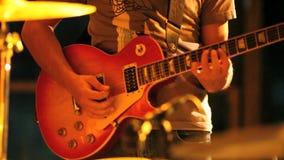 El músico toca la guitarra metrajes