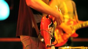 El músico toca la guitarra almacen de metraje de vídeo