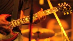 El músico toca la guitarra almacen de video