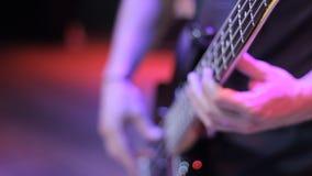 El músico toca la guitarra baja almacen de video