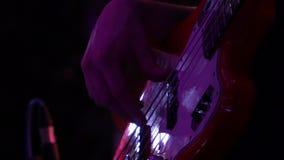 El músico toca la guitarra baja roja almacen de metraje de vídeo