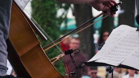 El músico toca el violoncelo en festival almacen de metraje de vídeo